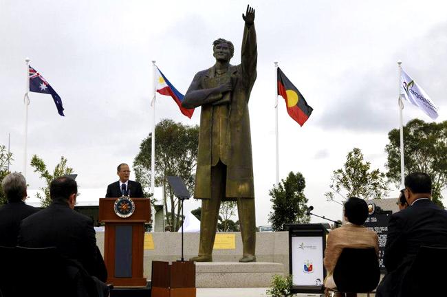 Panibagong monumento ni rizal itinayo sa australia untv for Bureau tagalog