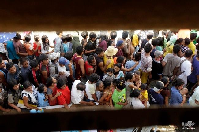 FILE PHOTO: Ang pila sa mga pamamahagi ng relief goods. Bagama't kabilang din sa search and retrieval operations ang mga pulis, kailangan pa rin nilang tiyakin na napananatili ang peace and order sa lugar. (UNTV News)