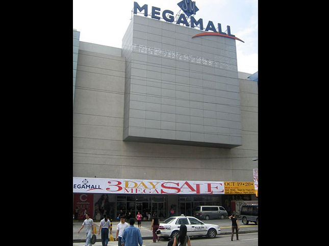 Megamall, Saint Francis Entrance (Courtesy of Exec8 via wikipedia)