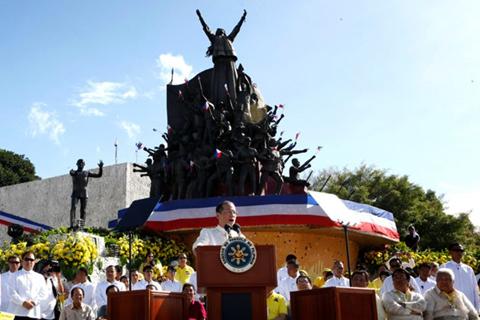 SI Pangulong Benigno Aquino III habang nagbigbigay ng ilang mensahe kaugnay sa pagdiriwang ng ika-27 anibersaryo ng EDSA sa shrine nito kaninang umaga. (Photo by Malacañang Photo Bureau)