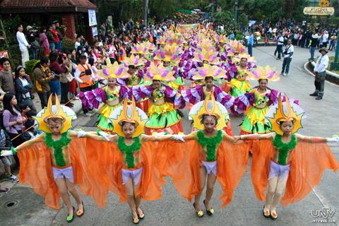 Bukod sa mga float ng mga iba't-ibang klaseng bulaklak ay inaabangan din ang mga street dance na naka-costume ng mga bulaklak. (PHOTOVILLE International / Jun Rapanan)