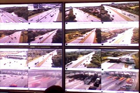 FILE PHOTO: Ang ilan sa mga dako sa South Luzon Expressway na minu-monitor ng mga kawani ng SLEX sa pamamagitan ng mga CCTV cameras. (UNTV News)