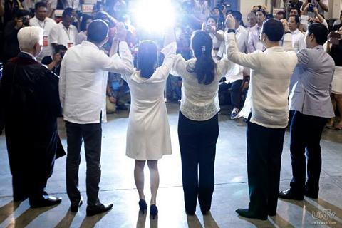 Iprinisenta ni COMELEC Chairman Sixto Brillantes Jr. sa media ang 5 sa anim na senador na bagong proklamado. (PHOTOVILLE INTERNATIONAL)