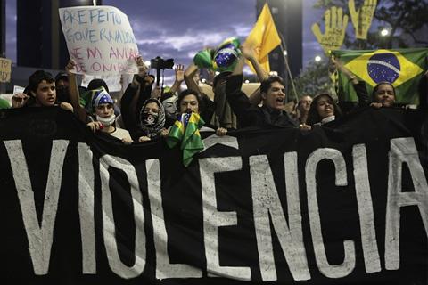 Ang mga raliyista ay nagpapahayag ng kanilang protesta laban sa kanilang gobyerno sa Sao Paulo nitong June 17. (PHOTO CREDITS: Alex Almeida / Reuters)