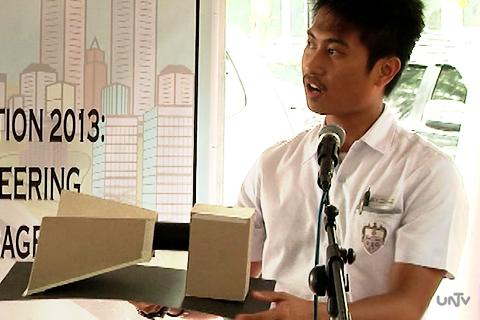 Ang isa sa mga engineering students ng University of Santo Tomas (UST) habang idine-demo ang konsepto nilang V-shape wall sa Manila Bay na ngayon ay pinag-aaralan na ng MMDA at DPWH. (UNTV News)