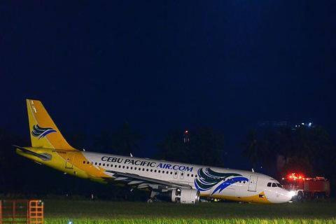 Ang eroplano ng Cebu Pacific na sumadsad sa runway ng Davao International Airport Linggo ng gabi. (RITCHIE TONGO / Photoville International)