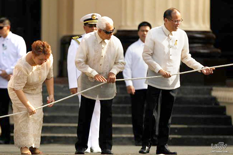 Philippine President Benigno Aquino III (R) with Manila mayor Alfredo Lim (C) pull on a rope to hoist a national flag during Independence Day rites in front of a post office in Manila Philippines 12 June 2013. Aquino spearheaded nationwide rites marking the Philippines 115th Independence Day in remembrance of the country s declaration of freedom from Spanish rule in 1898. (PHOTOVILLE International)