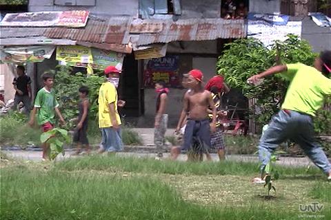 Ang ilan sa mga illegal settlers sa Agham Road QC nito Lunes na nambato ng kung anu ano sa mga pwersa ng pulis na nasa barikada. (UNTV News)