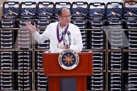 Si Pangulong Benigno Aquino III sa ceremonial distribution ng mahigit 22,603 units ng Glock 17 generation 4 pistol sa PNP sa Camp Crame nitong Martes, June 02, 2013. (PHOTOVILLE International)