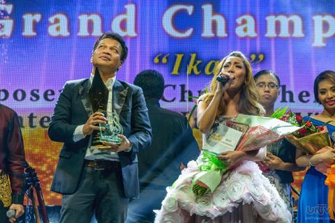 Ang tinanghal na Song of the Year para sa A Song of Praise Music Festival Year 2, ang awiting nilikha Boy Christopher Jr. at binigyang buhay ni Jonalyn Viray, ang  'Ikaw'. (MARLON BONJOS / Photoville International)