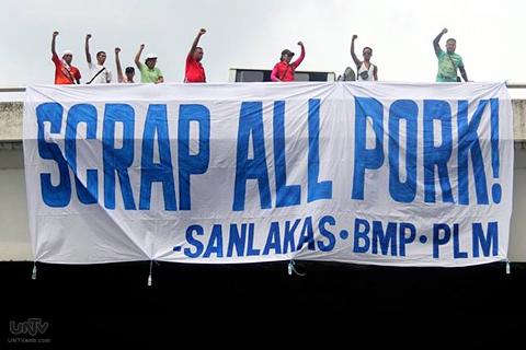 SCRAP ALL PORK! Ang mensaheng ibig ipabatid ng  isang grupong nakiisa sa EDSA Tayo rally nitong Miyerkules, Setyembre 11, 2013. (WILLIE SY / Photoville International)