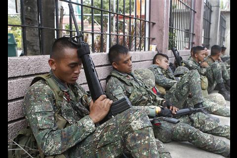 ng militar na sinasamantala na makakuha ng tulog at ng pagkakataon na