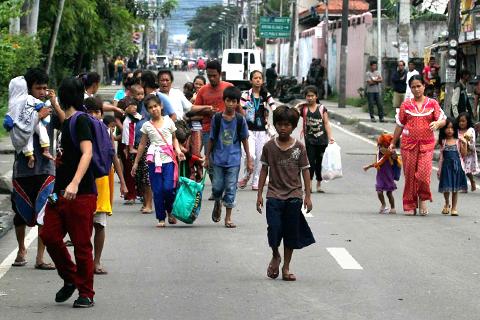 Ang ilan sa mga residente sa Zamboanga City na napilitang lumikas dahil sa patuloy na sagupaan ng pwersa ng militar sa isang paksyon ng MNLF. (REUTERS)