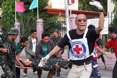 IMAGES_09162013_REUTERS_MNLF-Army_Zamboanga_wounded-Soldier.jpg