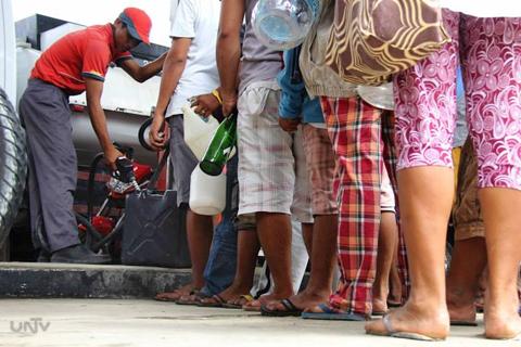 Ang pagdagsa sa isang gasolinahan sa bayan ng Calape, Bohol sa pangambang magkaubusan ng supply ng gasolina kasunod ng pagtama ng 7.2 magnitude earthquake noong Martes. (ROMALDO  MICO SOLON / Photoville International)