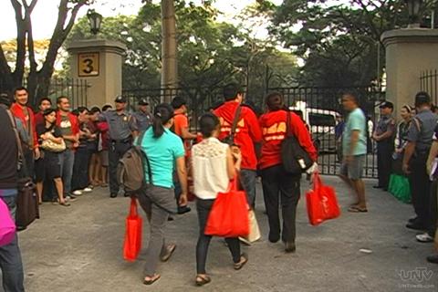 Ang pagpasok ng mga barrister sa UST kung na examination venue ng Bar Exams 2013 (UNTV News)