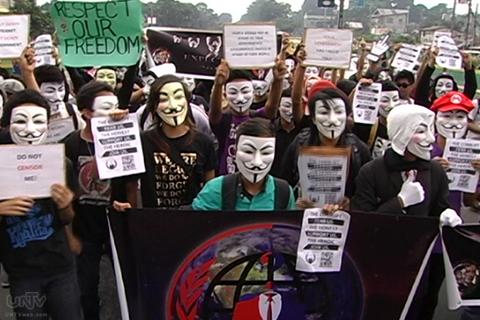 Ang binuong 'Million Mask March' ng Anonymous Philippines sa Batasang Pambansa nitong Martes, November 05, 2013. (UNTV News)