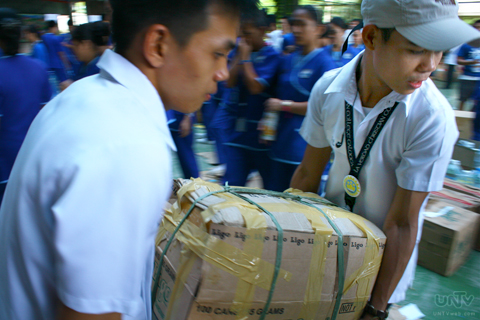 IMAGE_NOV202013_UNTV-News_Photoville International_RAYMOND BALA LACSA_RELIEF GOODS REPACKING_LA VERDAD_BREAD SOCIETY_3