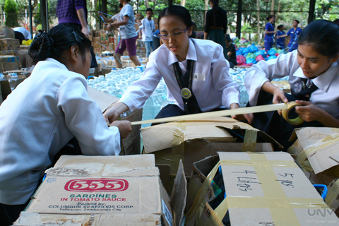 IMAGE_NOV202013_UNTV-News_Photoville International_RAYMOND BALA LACSA_RELIEF GOODS REPACKING_LA VERDAD_BREAD SOCIETY_4