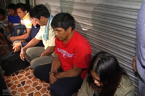 Mga umano'y miyembro ng acetylene gang na nahuli ng mga Pulis-QC nitong Martes sa Barangay Commonwealth, Quezon City. (UNTV News)