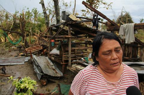 Isang residente ng Bogo City, Cebu na nasalanta ng Bagyong Yolanda. FILE PHOTO. Romaldo Mico Solon / Photoville International