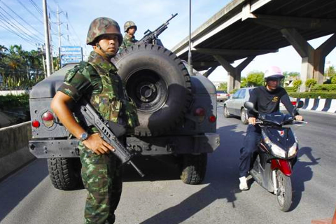 FILE PHOTO : Thai soldiers take up a position on a main road in Bangkok May 20, 2014. CREDIT: REUTERS/CHAIWAT SUBPRASOM
