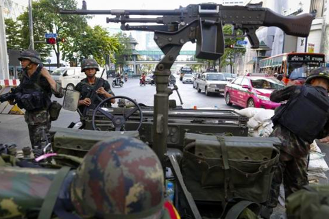 FILE PHOTO : Thai soldiers take their positions in the middle of a main intersection in Bangkok's shopping district May 20, 2014.  CREDIT: REUTERS/DAMIR SAGOLJ