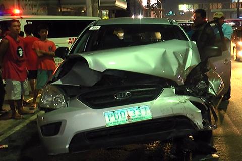 Yupi ang harapang bahagi ng isang SUV  na siyang bumangga sa isa pang SUV at isang van sa Quezon Avenue noong Linggo, Hulyo 13, 2014 (UNTV News)