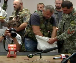Ang turnover ng 2 black box ng Malaysian Airlines MH 17 na pinangunahan  ni Pro-Russian Separatist Leader Aleksander Borodai. (Screenshot from a REUTERS video)
