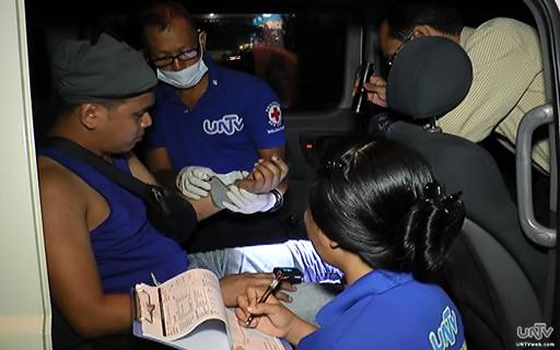 Tinulungan ng UNTV News and Rescue Team ang biktima ng isang aksidente sa EDSA Muñoz noong gabi ng Lunes, Hulyo 28, 2014 (UNTV News)