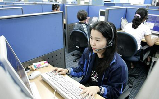 FILE PHOTO:  Employees at a call center. Picture taken February 16, 2007. CREDIT: REUTERS/JOSEPH AGCAOILI