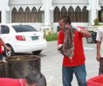 Ang mga nakumpiskang double-dead na karne habang inihahanda upang sunugin. (ALBERT ALCAIN / Photoville International)