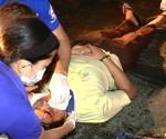 Nirespondehan ng UNTV News and Rescue Team ang isang isang binata matapos itong masagi ng isang bus habang tumatawid sa Congressional Avenue, QC kagabi (UNTV News)