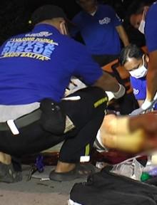 Ang paglapat ng first aid ng UNTV News and Rescue Team sa isang nasaksak na seaman na nagngangalang Jairo Rodriguez bago ito isugod sa East Avenue Medical Center nitong Linggo ng gabi. (UNTV News)