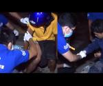 Ang mag-amang biktima ng motorcycle accident sa Cebu habang nilalapatan ng first aid ng UNTV News and Rescue Team. (UNTV News)