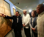 Philippines' Supreme Court associate justice Antonio Carpio (L) gestures to an ancient map on display while Philippines' Foreign Secretary Albert Del Rosario (2nd L), Justice Secretary Leila De Lima and Defense Secretary Voltaire Gazmin look on at a Catholic university in Manila September 11, 2014. REUTERS/Romeo Ranoco