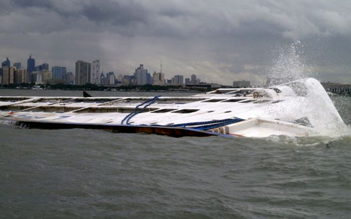 Ang lumubog na MV Super Shuttle Roro 7 sa Manila Bay nitong Linggo. (Philippine Coast Guard Photo)