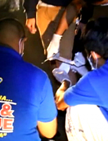 Ang paglalapat ng first aid ng UNTV News and Rescue Team Laguna sa isa sa mga biktima ng motorcycle accident nitong Miyerkules. (UNTV News)
