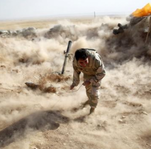A Kurdish Peshmerga fighter launches mortar shells towards Zummar, controlled by Islamic State (IS), near Mosul September 15, 2014. CREDIT: REUTERS/AHMED JADALLAH