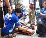Tinulungan ng UNTV News and Rescue Team ang isang dalagang estudyante matapos itong mabangga ng isang motorsiklo sa Quezon City kahapon, Agosto 15 (UNTV News)