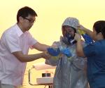Ang pagpapakita ng tamang paraan ng pagsuot ng coverall at goggles para sa isang health worker na mag-aasikaso ng isang pasyenteng tinamaan ng Ebola virus. (UNTV News)