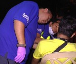 Ang pag-aalam ng UNTV News and Rescue Team ng posibleng pinsalang tinamo ng biktimang si Andrew De Leon matapos itong maaksidente nitong madaling araw ng Lunes sa Don Antonio Drive. (UNTV News)