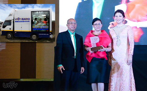 Ang pagtanggap ni UNTV Radio Station Manager Annie Rentoy ng parangal mula sa PAMS o Philippine Academy of Medical Specialists para sa UNTV Radio Mobile Booth. (UNTV News)