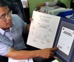 Si LTFRB Chairman Atty. Winston Ginez habang ipinapakita sa media ang mga nakapaloob sa Driver Certificate of Professional Competence. (MON JOCSON / UNTV News)