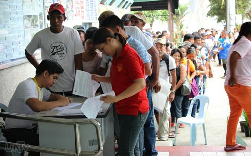 Ang pagdagsa ng mga nagpa-file ng claim sa Human Rights Victims Claims Board office sa  UP Diliman, Quezon City nitong Lunes, Nobyembre 10, 2014. (REY PELAYO / UNTV News)