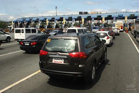FILE PHOTO: Ang pila ng mga sasakyang magbabayad ng toll fee sa kanilang paggamit ng North Luzon Expressway o NLEX. (UNTV News)