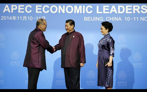 FILE PHOTO: Si Pangulong Benigno  Aquino III habang kinakamayan ni Chinese President Xi Jinping and Madame Peng Li Yuan sa pagdating  nito sa AELM Welcome Dinner and Cultural Performance na bahagi ng 22nd Asia Pacific Economic Cooperation (APEC) Leaders' Meeting (AELM) sa Beijing, China noong Nobyembre 10-11, 2014. (Malacanang Photo Bureau)