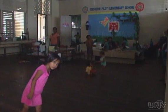 Ang ilan sa mga batang evacuee sa Sorsogon Pilot Elementary School. (UNTV News)