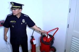 Si F/SSupt. Igmedio Bondoc, hepe ng Fire Safety Enforcement Division, sa paglilibot sa mga mall bilang pagsisiguro sa kaligtasan sa sunog ngayong holiday season. (UNTV News)