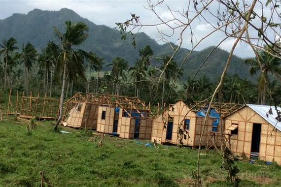 Ang mga transitional shelter na para sa Yolanda survivors sa Brgy. Suhi sa Tacloban City na kasama sa mga napinsala sa pagdaan ni Bagyong Ruby. (Jennylyn Gacquit / UNTV News)